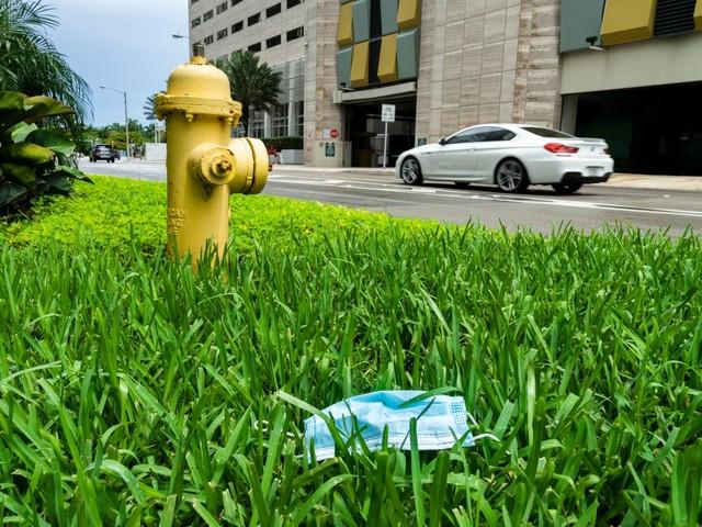 Weggeworfene Gesichtsmaske in Miami